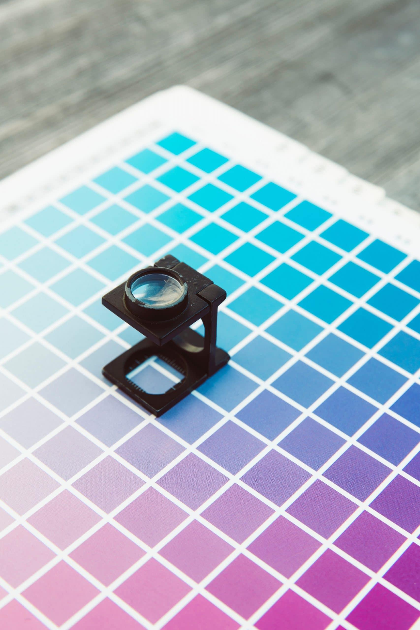 Lupe auf CMY Farben für Offsetdruck