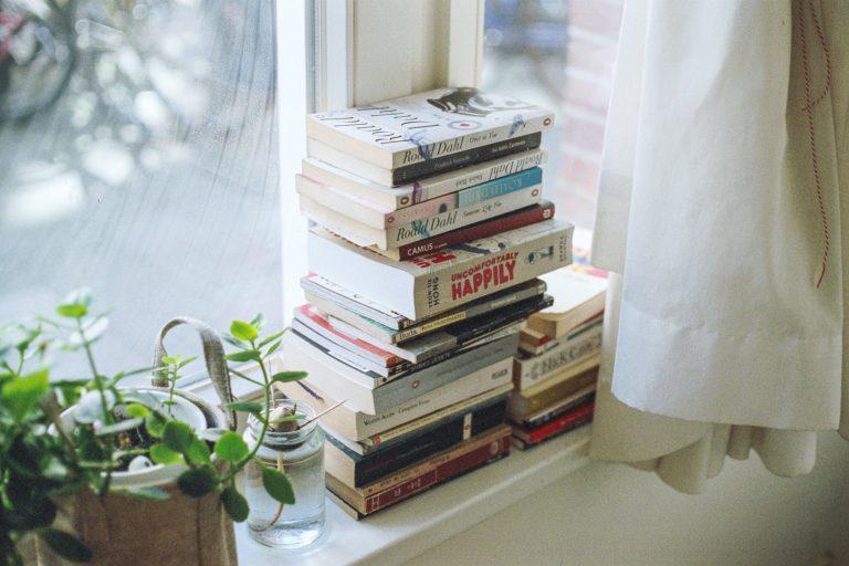 Bücher auf dem Fensterbrett